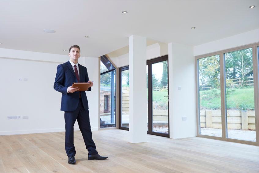 Makler bewertet Immobilie